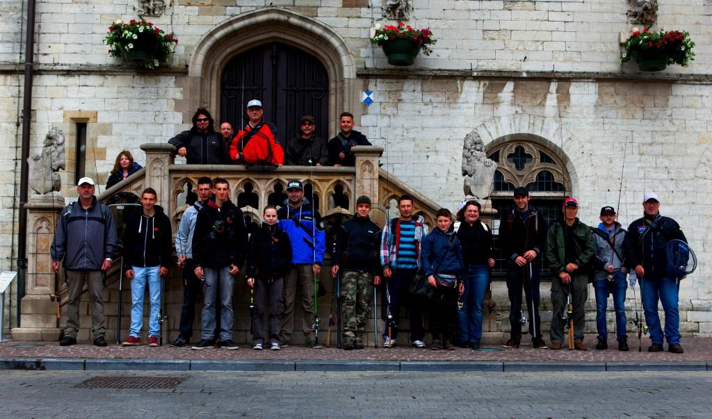 Groepsfoto aan het stadhuis van Dendermonde.